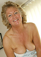 Amateur granny poses nude on the sofa